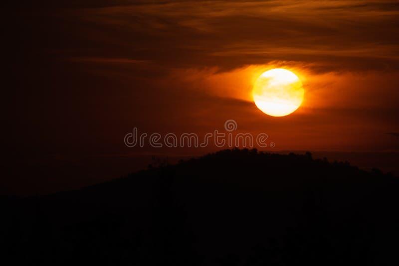 Солнце поднимая от за горы стоковые изображения