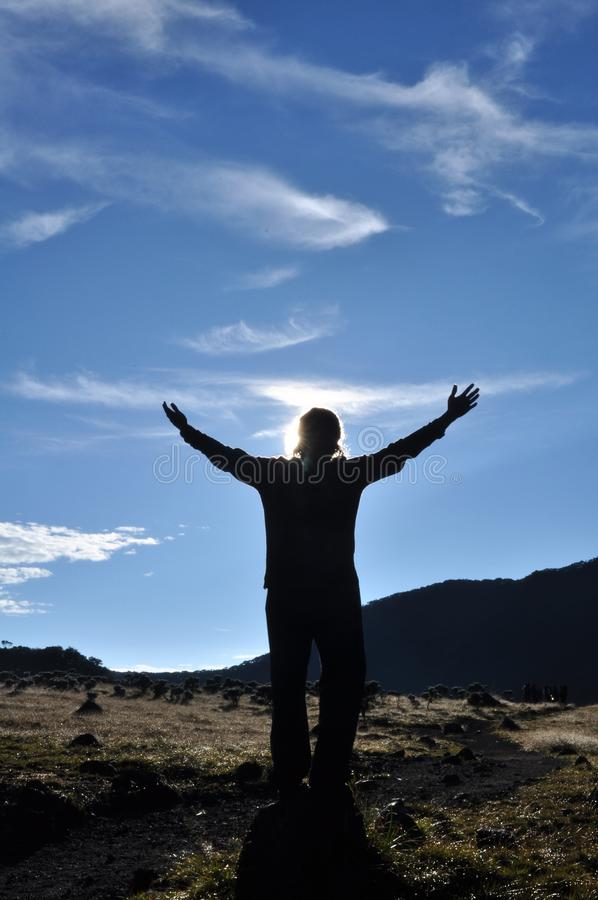 Солнце приветствию человека стоковые изображения