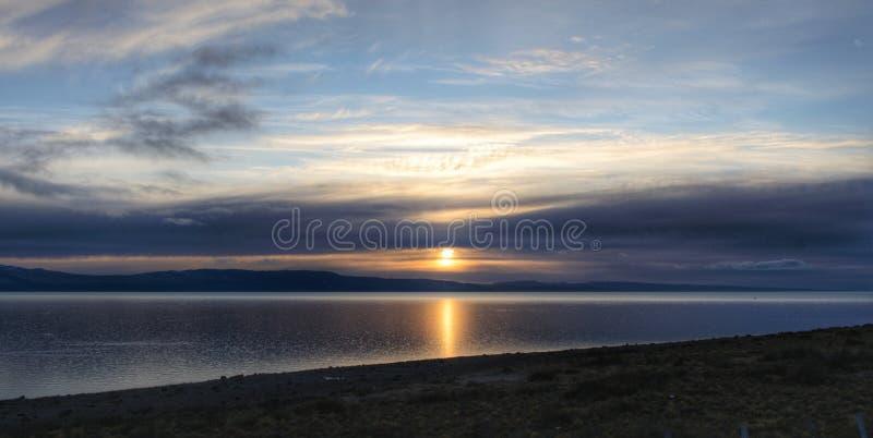 Солнце рассвело солнце в облачный день на озере Патагония Аргентинский пейзаж стоковая фотография rf