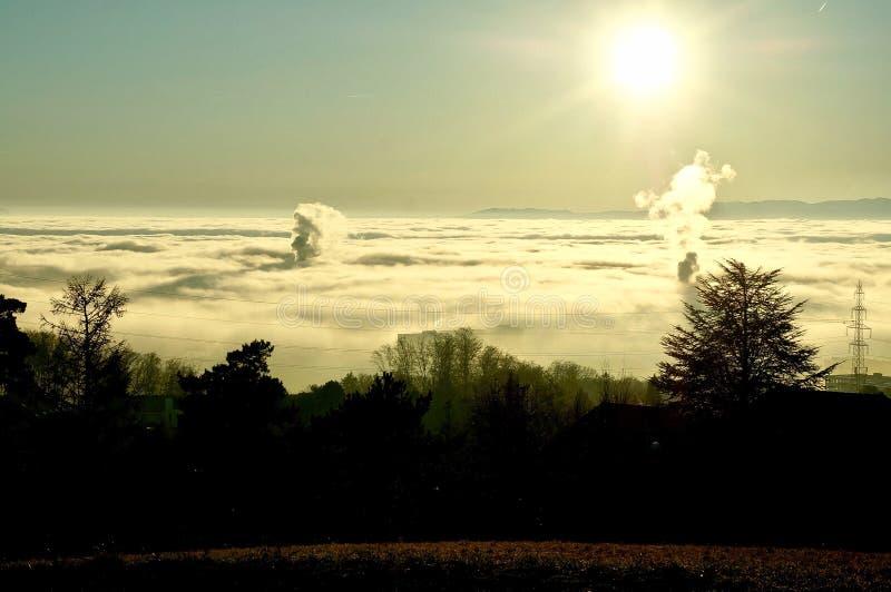Солнце светит над морем облаков стоковое изображение rf