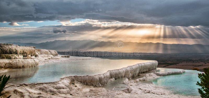 Солнце светит среди облаков над Pamukkale Hierapolis стоковое фото