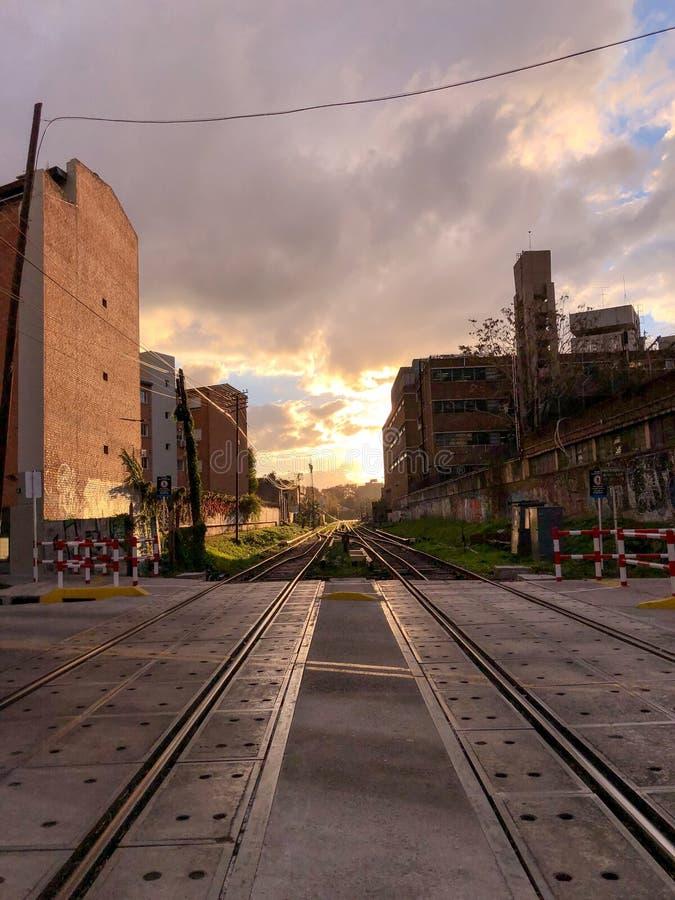 Солнце спрятано за следами поезда стоковые фотографии rf