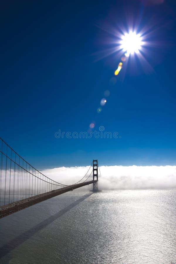 солнце строба тумана моста золотистое стоковое изображение rf