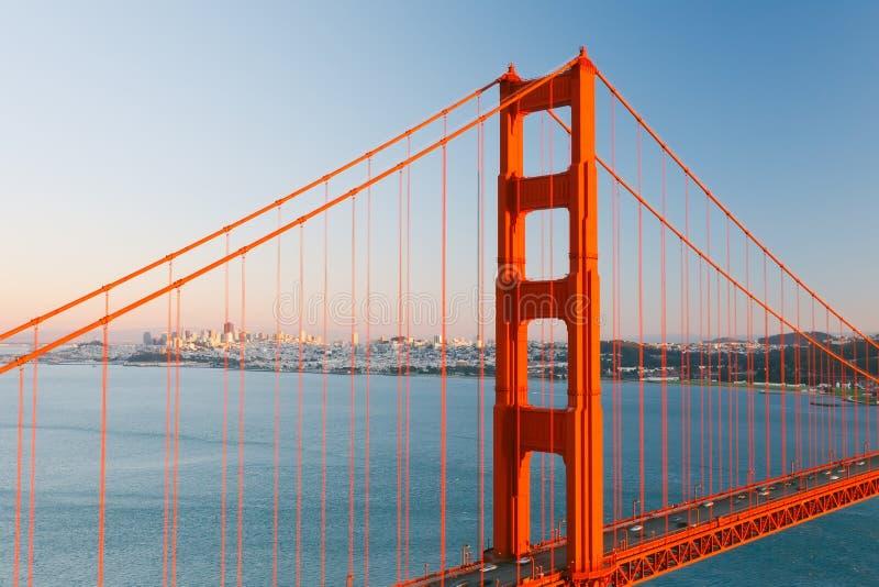солнце строба francisco моста золотистое стоковые фото