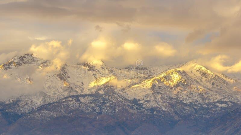 Солнце течь через толстые облака на уединенном пике UT стоковые изображения