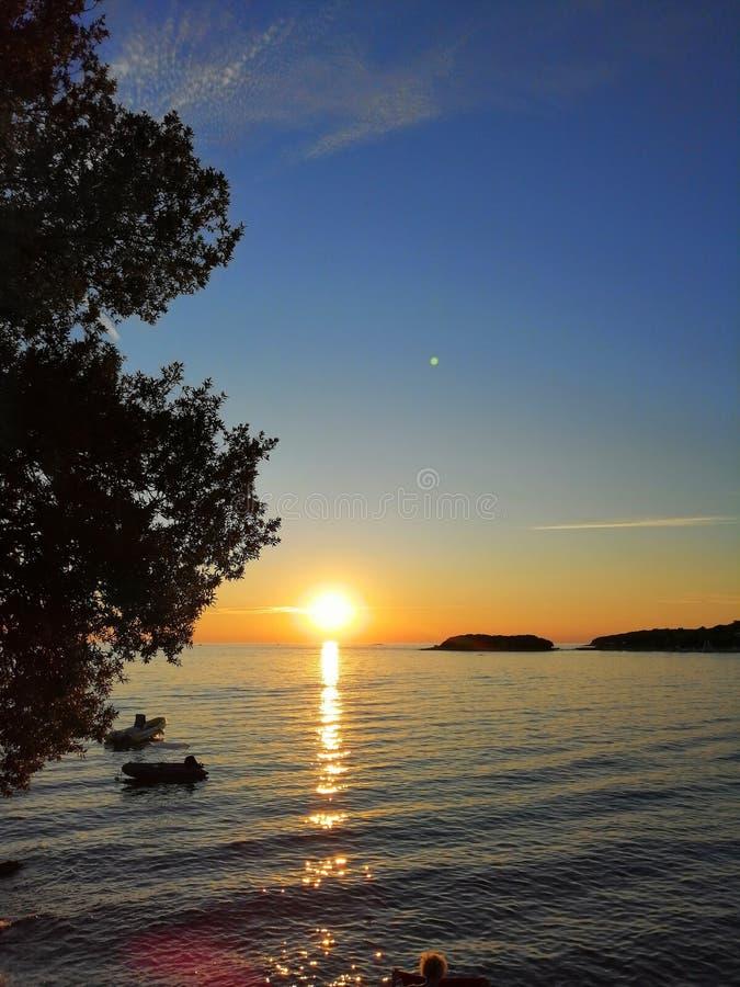 Солнце тонет в море стоковые фотографии rf