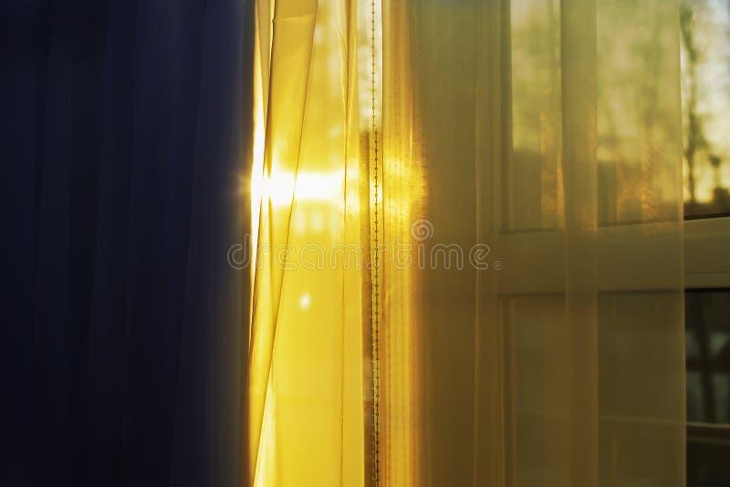 солнце ударяет окно через занавес стоковые изображения