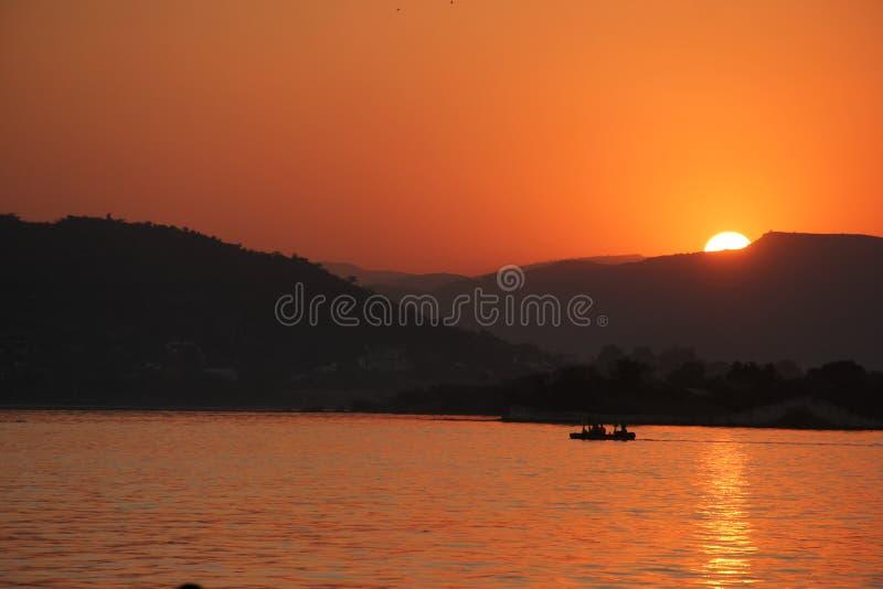Солнце устанавливает над озером Pichola стоковые изображения rf