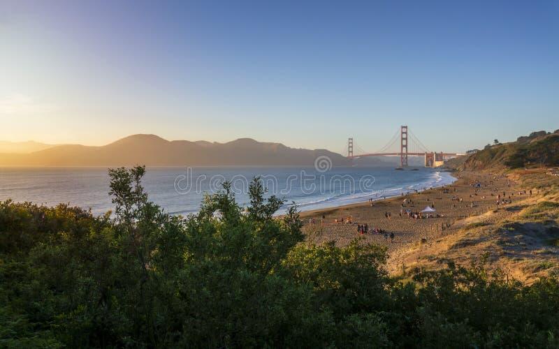 Солнце устанавливает около моста золотых ворот thr, пляжа хлебопека стоковые изображения rf
