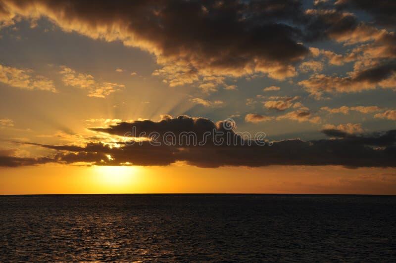 Солнце устанавливая на море на большой барьерный риф стоковое изображение rf