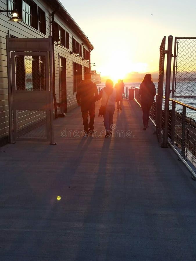 Солнце устанавливая на пристань стоковые изображения rf
