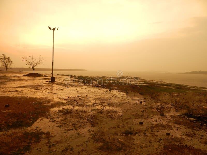 Солнце установило на речной берег стоковое фото rf