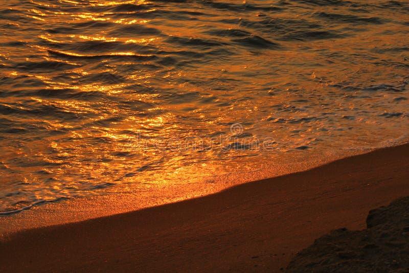 Солнце установило с водой и песком, Кнопперс-стороной, Шри-Ланка, стоковое фото