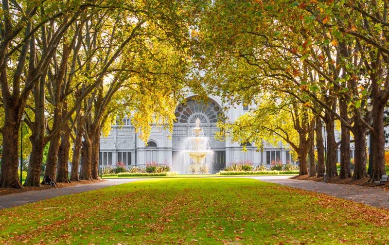 Солнце утра и королевское здание выставки стоковая фотография rf