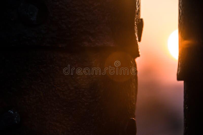 Солнце через зазор ворот стоковое изображение