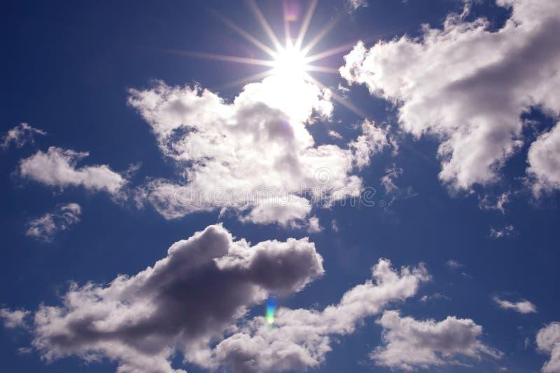 Солнце через красивейшие облака стоковые изображения