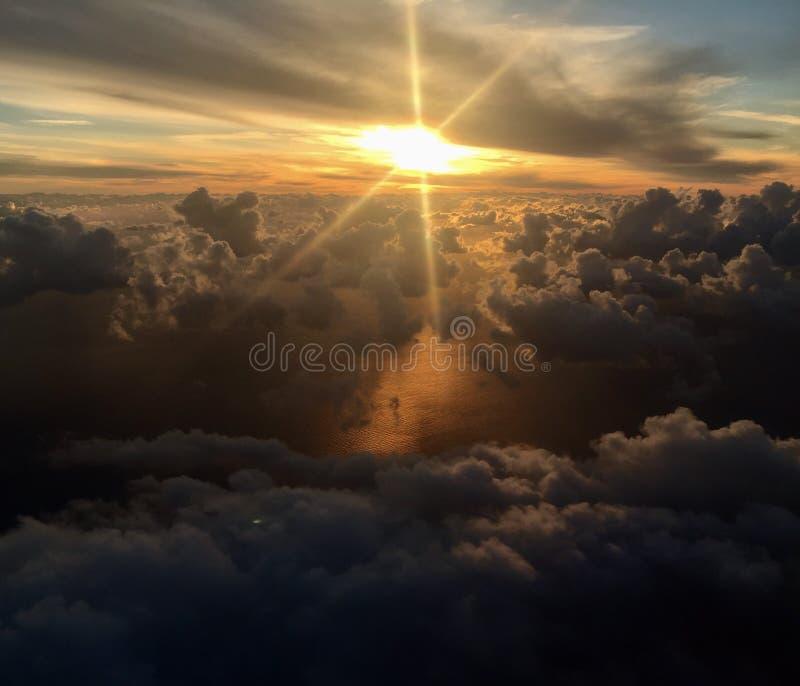 Download Солнце через облака стоковое изображение. изображение насчитывающей над - 104382473