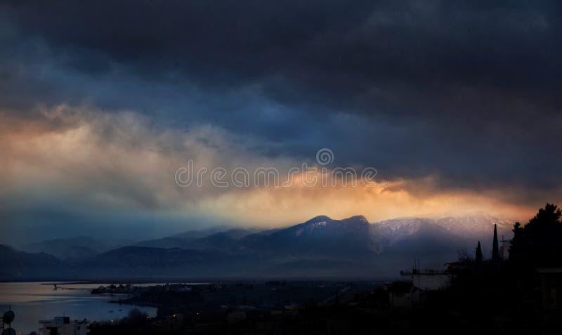 Солнце через шторм стоковая фотография rf