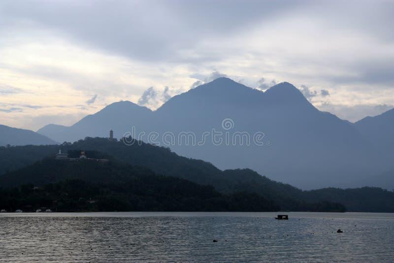 солнце taiwan луны озера стоковые изображения rf
