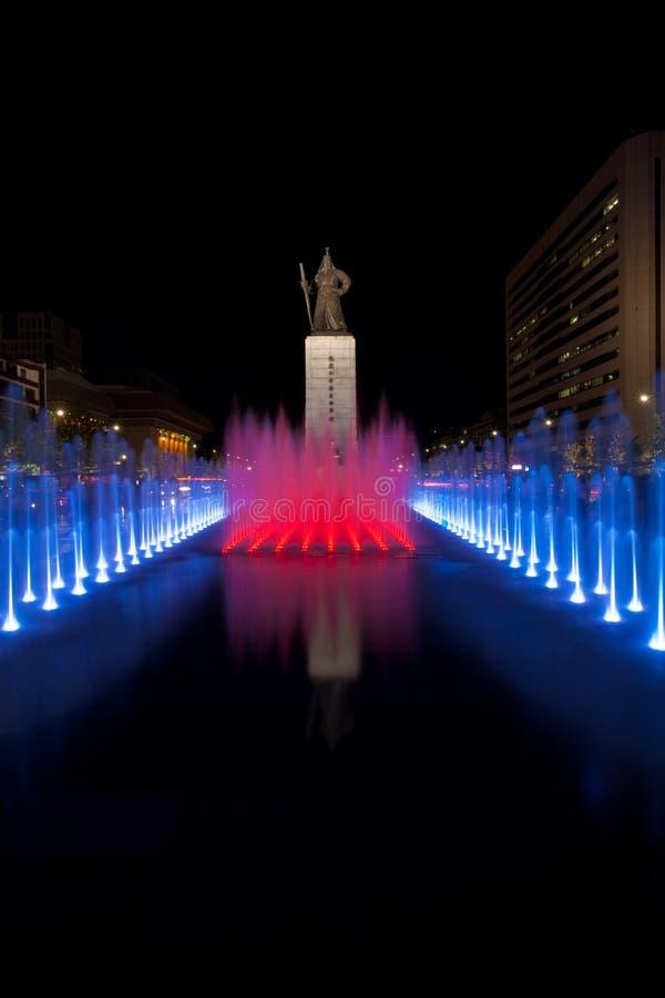 солнце yi статуи согрешения фонтана красное стоковое фото