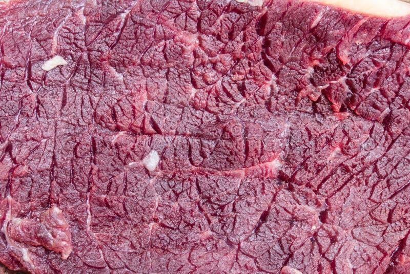 Солнц-высушенное мясо на корзине стоковые фото