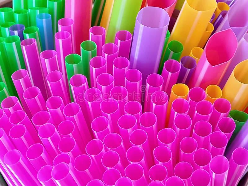 Соломы полного конца-вверх рамки красочные пластичные выпивая стоковые изображения rf