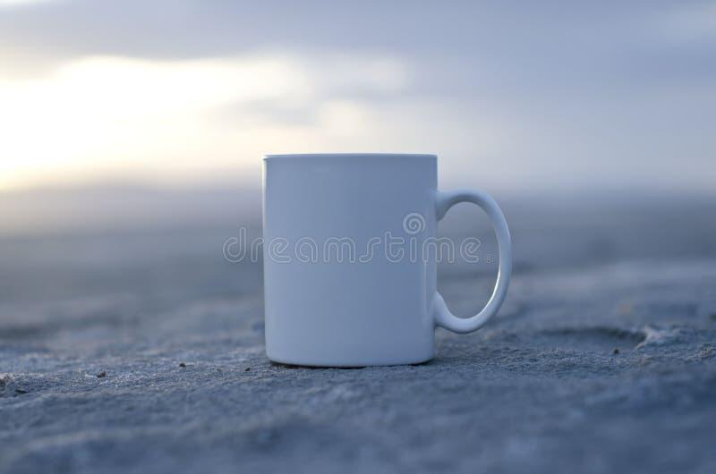 Сольная пустая кружка белого кофе стоковая фотография