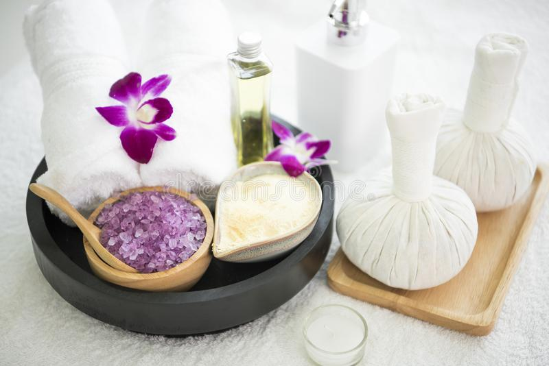 Соль аксессуаров курорта ароматичное scrub и полотенце, шарик обжатия стоковые изображения