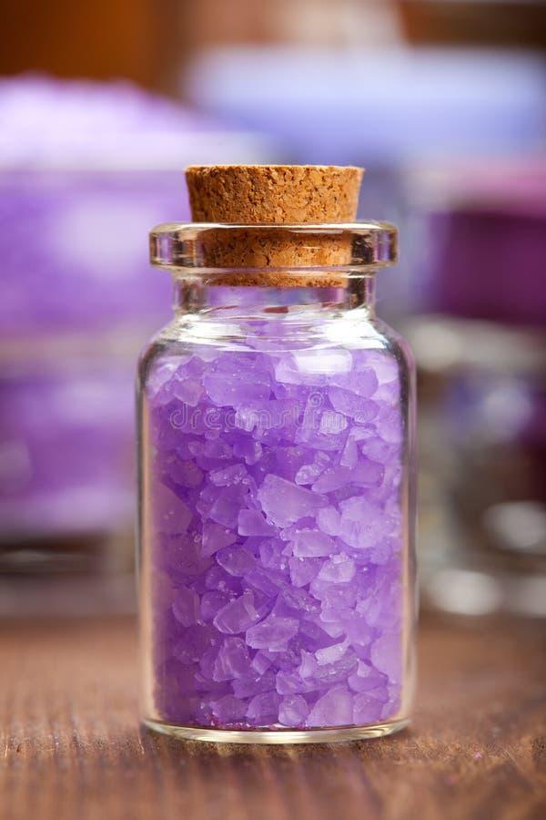 Download соль лаванды ванны стоковое фото. изображение насчитывающей минерал - 18399450