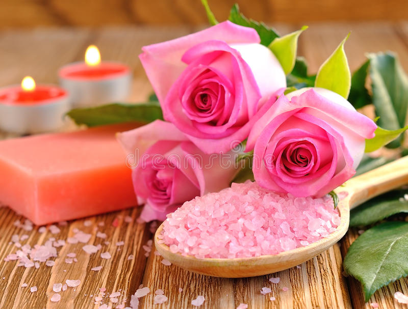 Соль моря, розово, мыло и горящая свечка стоковые изображения rf