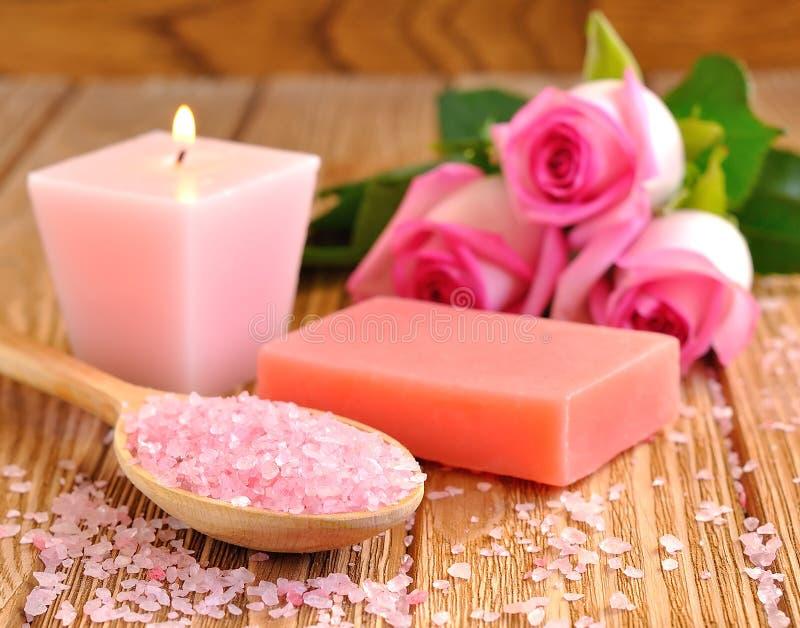 Соль моря, розово, мыло и горящая свечка стоковые фотографии rf