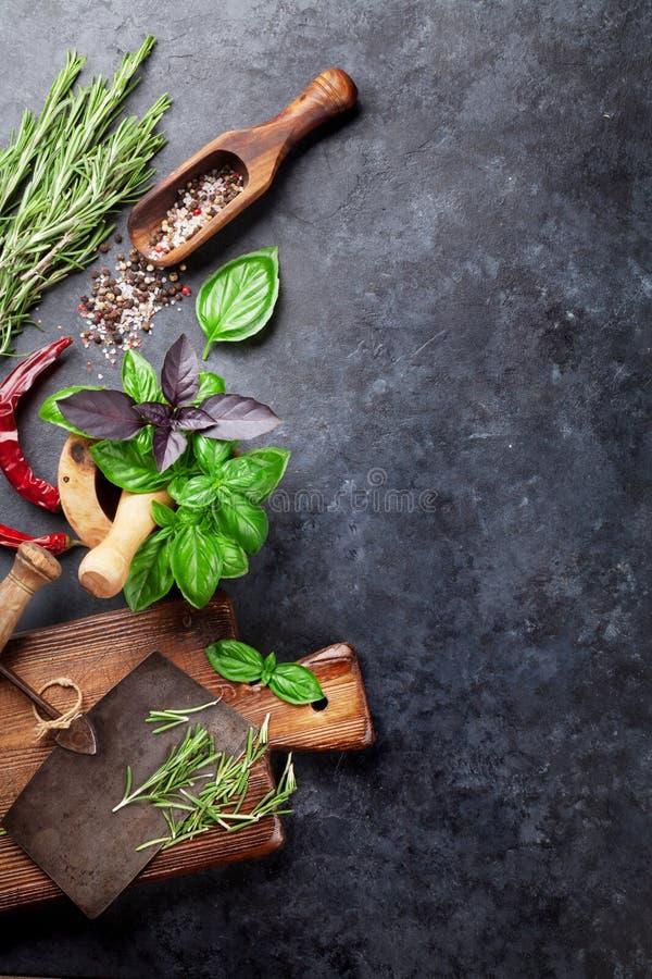 соль rosemary перца листьев трав чеснока cardamon залива spices ваниль стоковые изображения rf