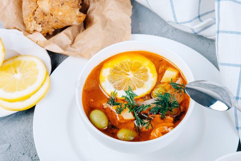 Солянка толстый суп овощей и мяса, который служат с лимоном и оливками стоковое фото rf