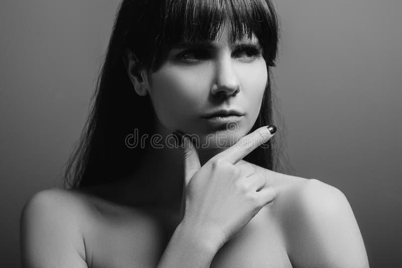 Сомнительный сконцентрированный потерянный портрет дамы эмоции стоковое изображение