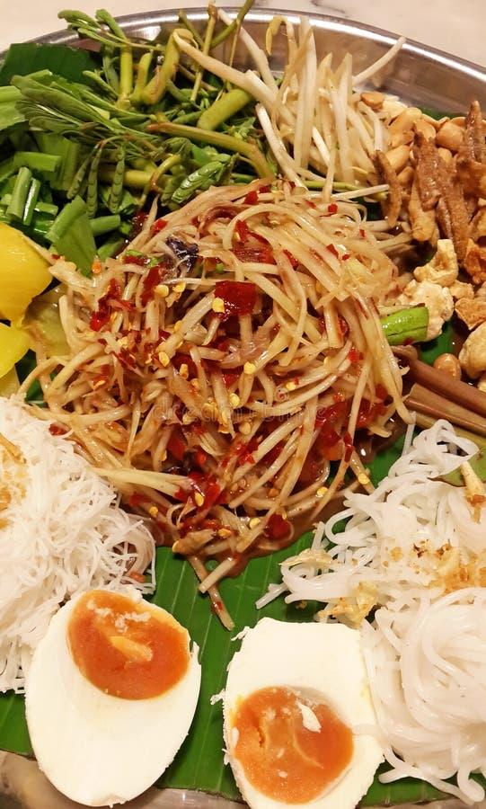 Сом Tam тайское - тайский зеленый салат папапайи на большом подносе стоковая фотография