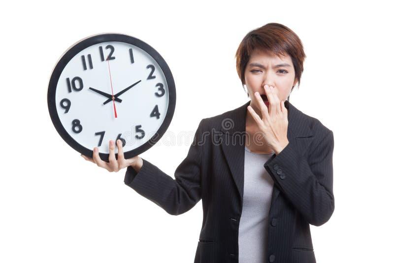 Download Сонная молодая азиатская бизнес-леди с часами в утре Стоковое Фото - изображение насчитывающей сонно, бизнесмен: 81812038