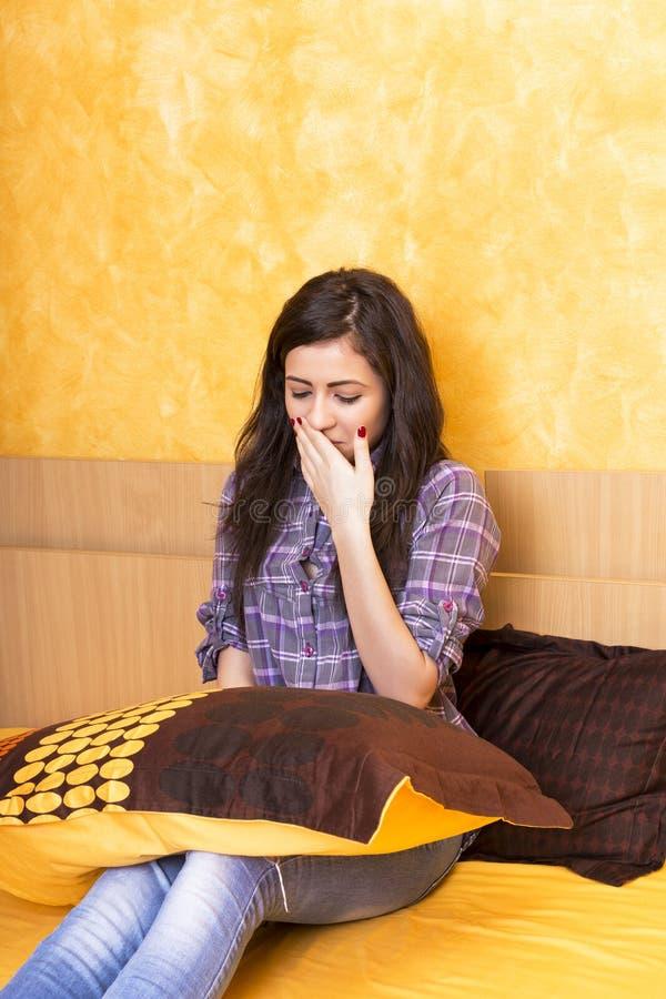 Сонное holdin девушки подушка стоковое фото