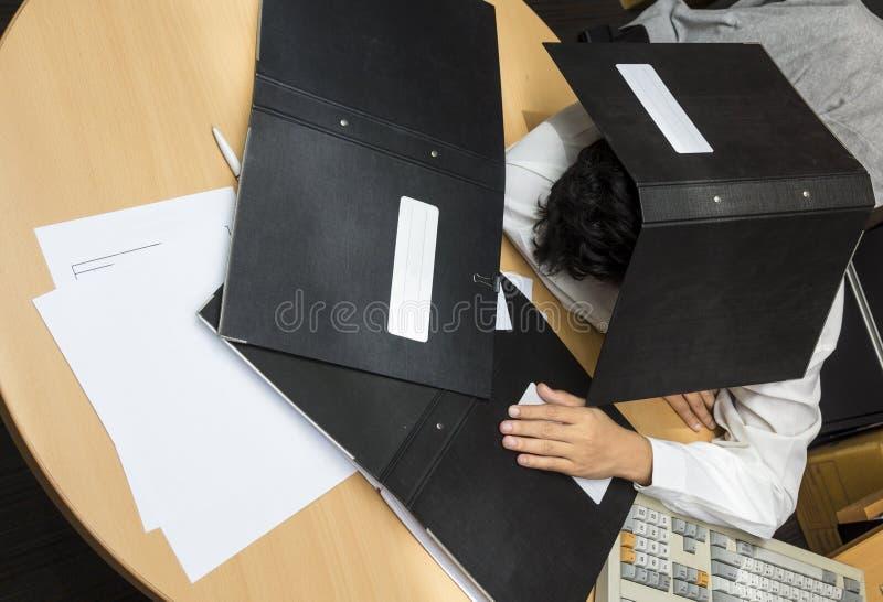 Сон бизнесмена во время работы стоковое изображение