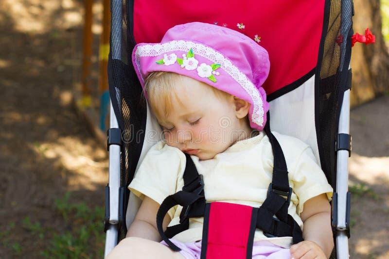 Сон младенца напольный в прогулочной коляске 3861 стоковая фотография