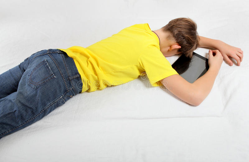 Сон ребенк с планшетом стоковая фотография rf