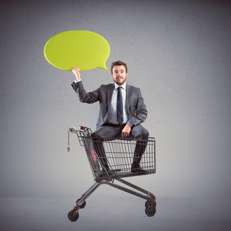 Сообщение бизнесмена с магазинной тележкаой стоковая фотография rf