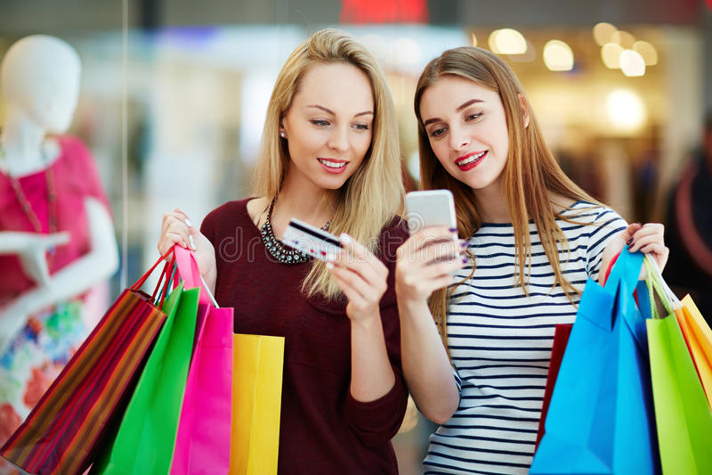 Сообщение во время покупок стоковое фото rf
