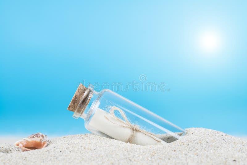 Сообщение в бутылке на песке пляжа th стоковые изображения rf