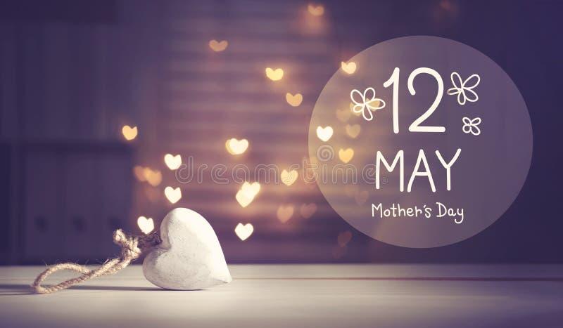 Сообщение Дня матери с белым сердцем иллюстрация вектора