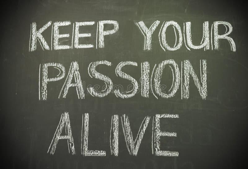Сообщение 'держит ваше живое страсти' написанный в белом меле на blac стоковые фотографии rf