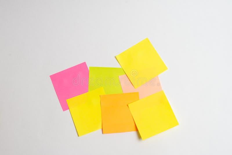 Сообщение на бумаге с интернетом слова вещей на ручке примечания на красочной книге с ноутбуком и чашкой кофе на стеклянном столе стоковое фото