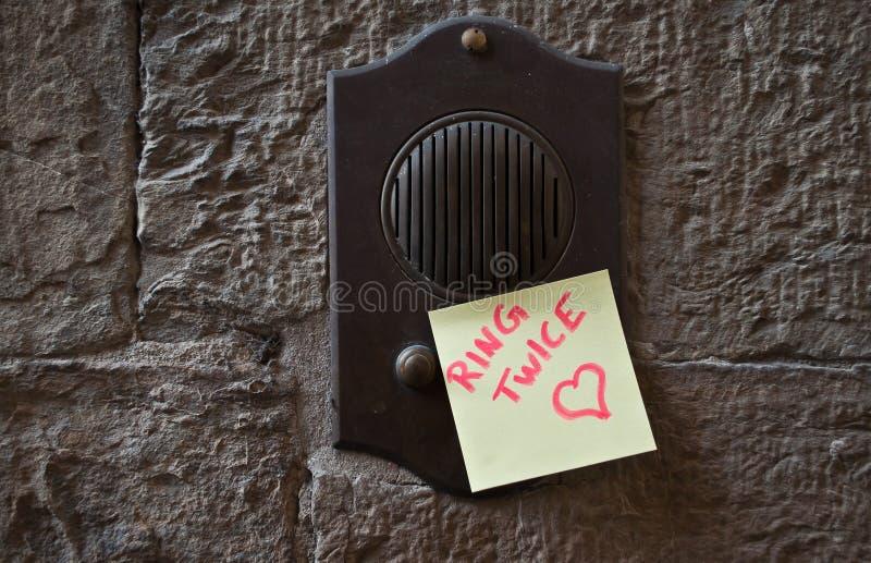 Сообщение на дверном звоноке стоковые фотографии rf