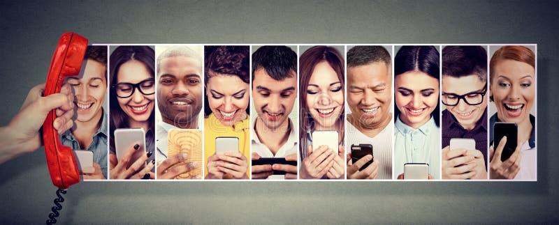 Сообщение над телефоном Счастливое молодые люди используя передвижной умный телефон стоковая фотография rf