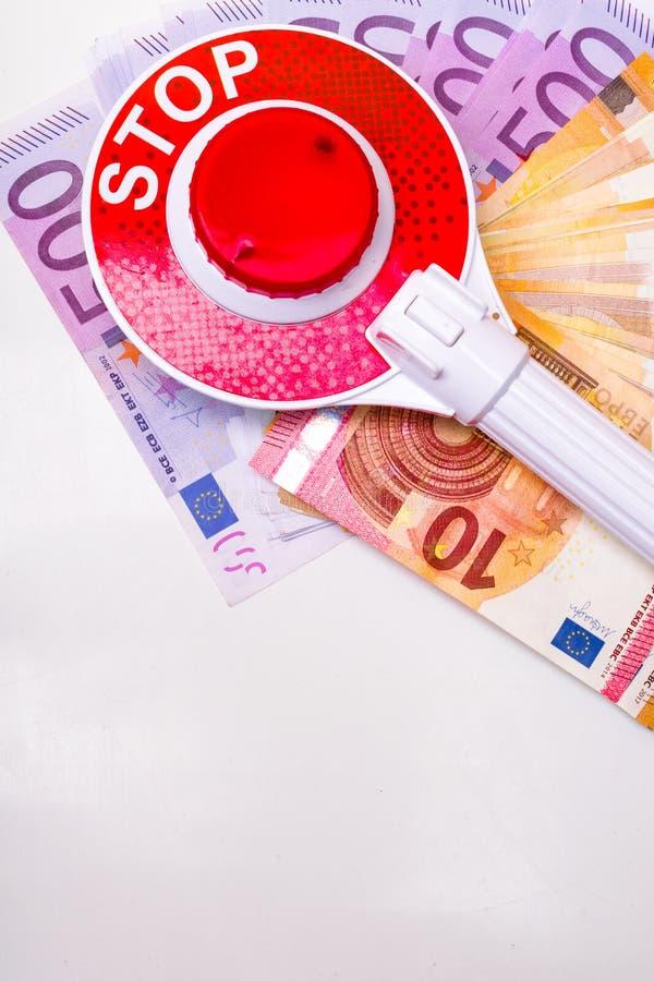 сообщение останавливает знак на наличных деньгах евро, коррумпированную концепцию коррупции стоковые фото