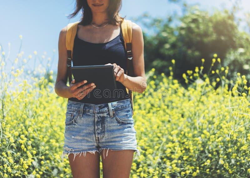 Сообщение отправке SMS хипстера на планшете или технологии, насмешливых вверх пустого экрана Девушка используя компьютер на желто стоковое фото rf